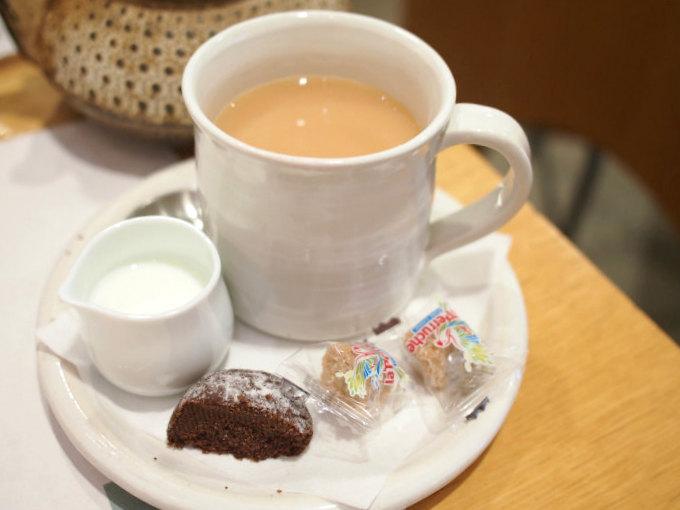 イングリッシュブレックファーストは最初から濃い目だったのでミルクティーにしていただきました。ココアオレンジクッキーのおまけ付きでした。