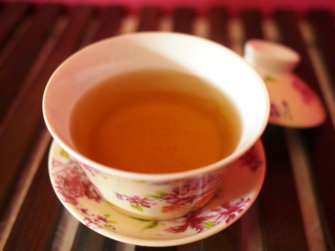 中国産のプーアル茶よりもお茶の水色(すいしょく)は薄めです。