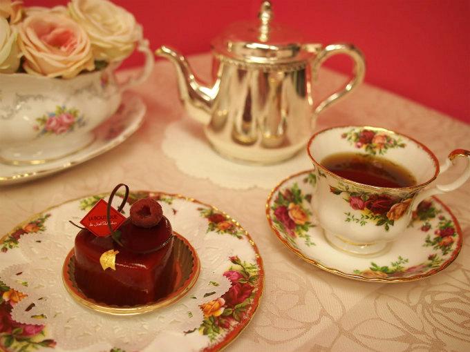 ロブションの赤いケーキ「ルージュ」と紅茶