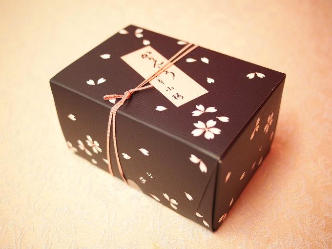こちらは贈答用の箱入りのもの。この包装紙のデザインは「福し満」の女将さんがデザインしたそうです。