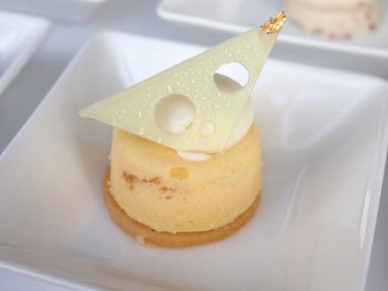 レモンの風味が強めのベイクドチーズケーキ。トップのホワイトチョコレートがチーズみたいで可愛いです。