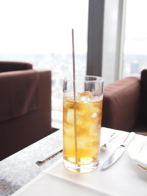 ダージリンオータムナル マカイバリ茶園のアイスティー。ピークラウンジではどの紅茶でもアイスティーにしてもらえます。