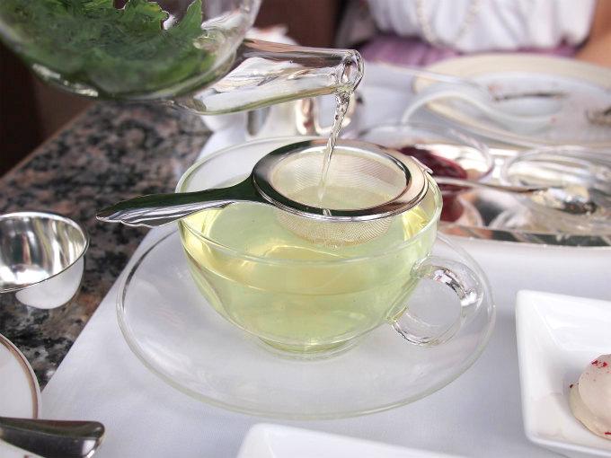 かぶせ煎茶。こちらは紅茶と違って、低い温度でした。紅茶も煎茶も適温で淹れてくれるラウンジは素敵です。
