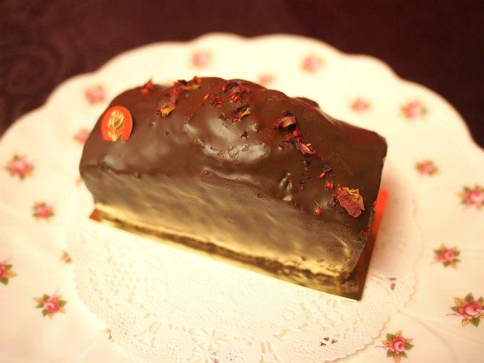 ケーキのトップにはバラの花びらでデコレーションされていました。