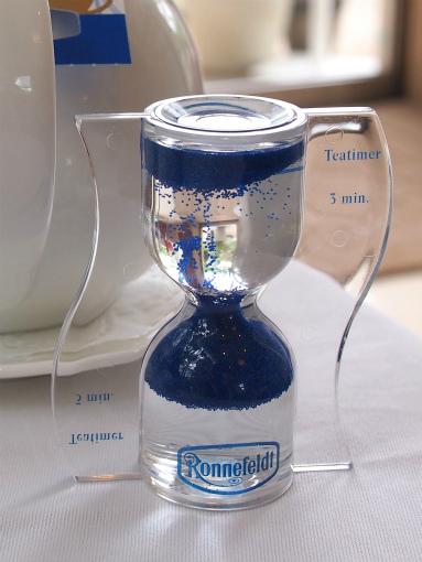 オイル時計は砂時計とは逆で、色のついたオイルが上がっていくことで時間を計ります。