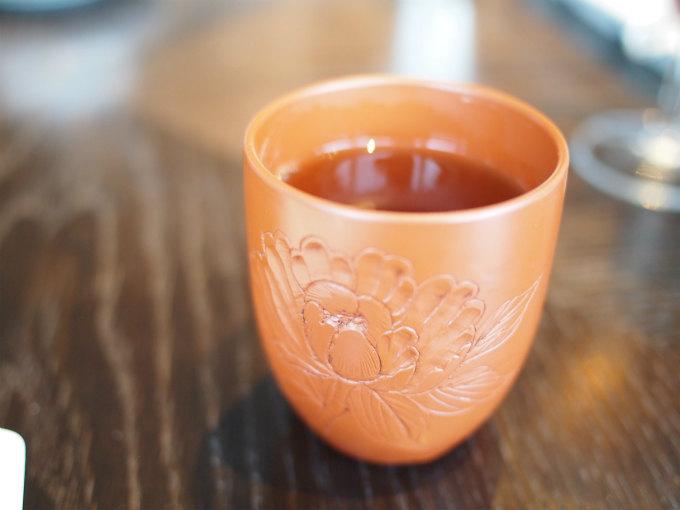 こちらはほうじ茶。MOTIFでは日本茶は朱泥の器で提供されるそう。器も楽しめるようにと10種類くらいの朱泥の湯呑みを用意しているそうです。