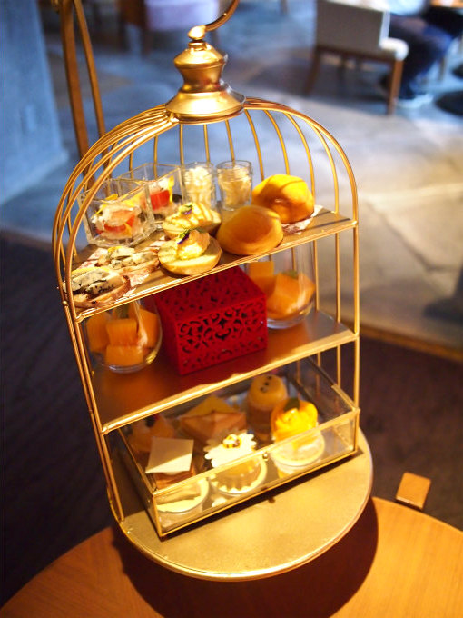 ヒルトン東京バー&ラウンジ「ZATTA」のサマーアフタヌーンティー「ル・ビジュー」2人分のケーキスタンド。