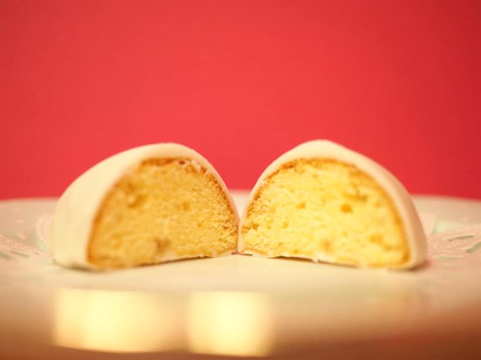 レモンケーキの断面。大きな粒のレモンピールが見えます。