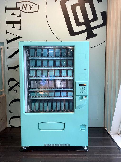 入り口からすぐのところには話題のティファニーの自動販売機がありました。