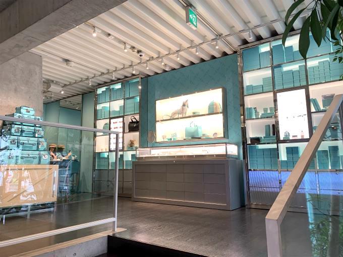 カフェは最上階なので、階段を上りながら店内を観察。
