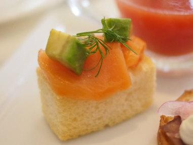 アボカドとスモークサーモンのバトネ。パンがサックサクで美味しい!