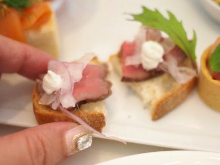和牛ローストビーフタルティーヌ。美味しいのはもちろん、最初から切れているところにシェフの心を感じます。