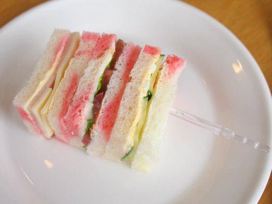 マーブルサンドウィッチ。ハムチーズ、野菜、たまごとキュウリの3種類でした。