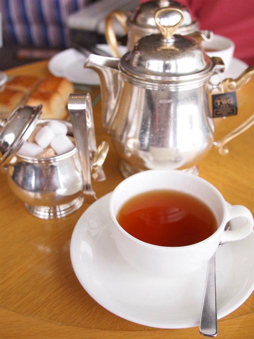 こちらはイングリッシュブレックファスト。マリンブルーの紅茶はシンガポールの紅茶ブランドTWGのものでした。