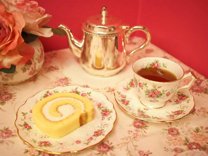 アラボンヌーの「赤坂ボンヌーロール」と紅茶