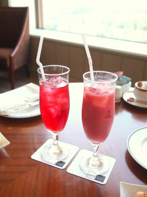 左はピンクローズ(ピーチシロップ、クランベリージュース、アイスサンテ)。右はプリティーガール(ストロベリーシロップ、クランベリージュース、ミルク、アイスティー)