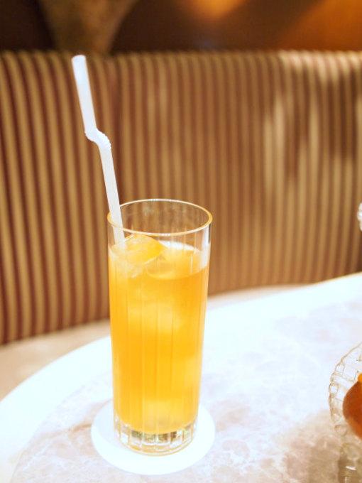 白桃アールグレイアイスティー。こちらは白桃の果汁も加えられていて自然な甘みもあり、とても美味しいです。期間限定のアイスティーだけど、とても人気があるようで期間を延長するかもとお店の方が言ってました!