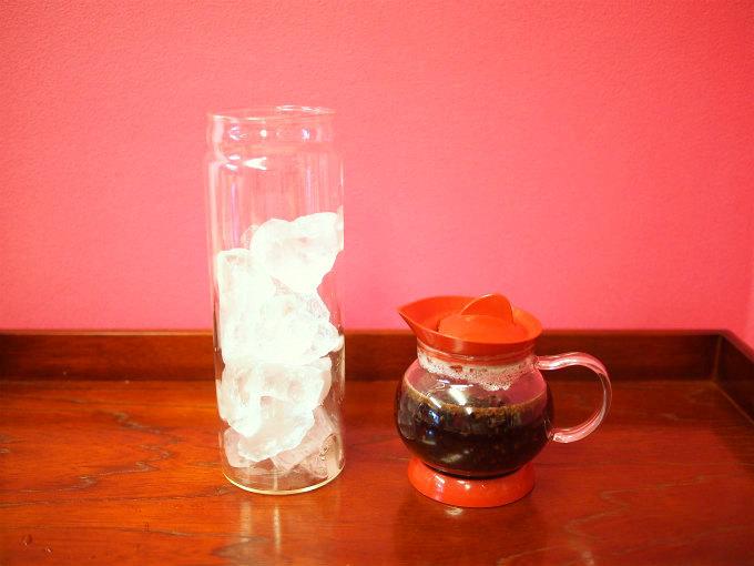 紅茶の抽出時間を待っている間に、容器に氷をいれて準備しておきます。