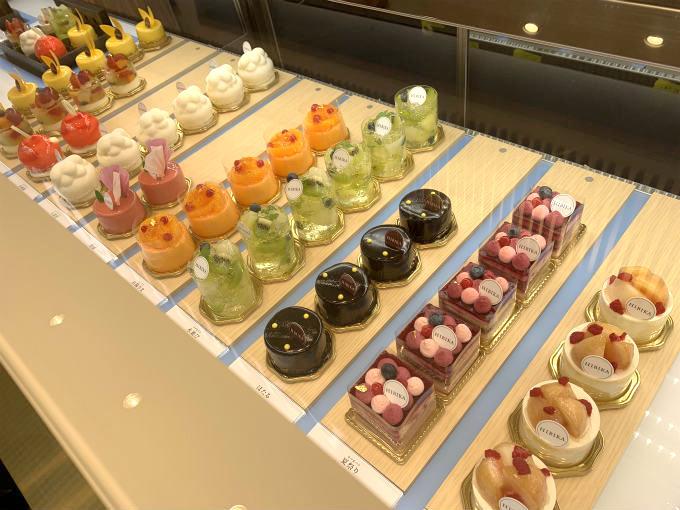 HIBIKAのショーケース。左側の赤くてまんまるのケーキが「水風船」、手前の四角いケーキが「夏祭り」です。
