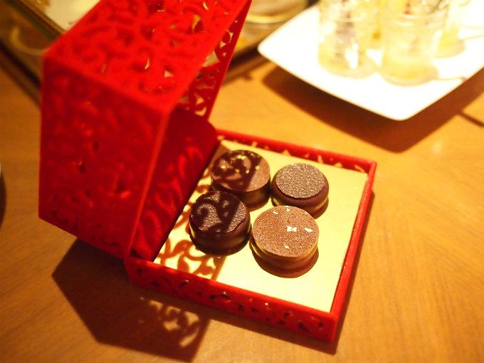 赤い宝石箱の中にはチョコレートが入っています。