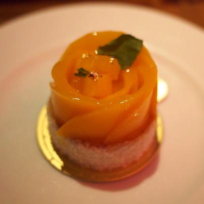 タルトマング。マンゴーのタルトですね。マンゴーが薔薇のようで素敵。
