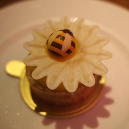 フルール。カモミールを使ったケーキ。チョコレート細工のミツバチがキュート。