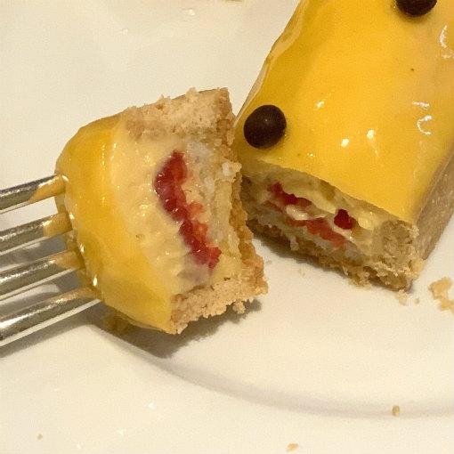パッションフルーツとフランボワーズのケーキは中にフランボワーズソースが入っています。