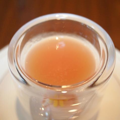 ピーチのスープはヴェルヴェーヌ(レモンバーベナ)の香りが付いた甘いデザートスープでした。