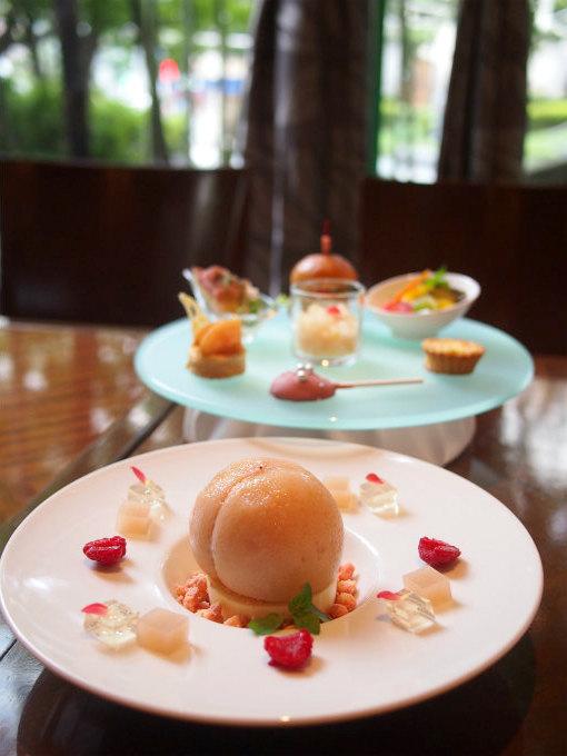 ホテルメトロポリタン「クロスダイン」のピーチアフタヌーンティー1人分のケーキスタンド。この他アミューズで桃のスープも付きます。