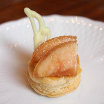 ミントのハチミツ桃のパイ。桃の香りが際立つほんのり甘いパイでした。