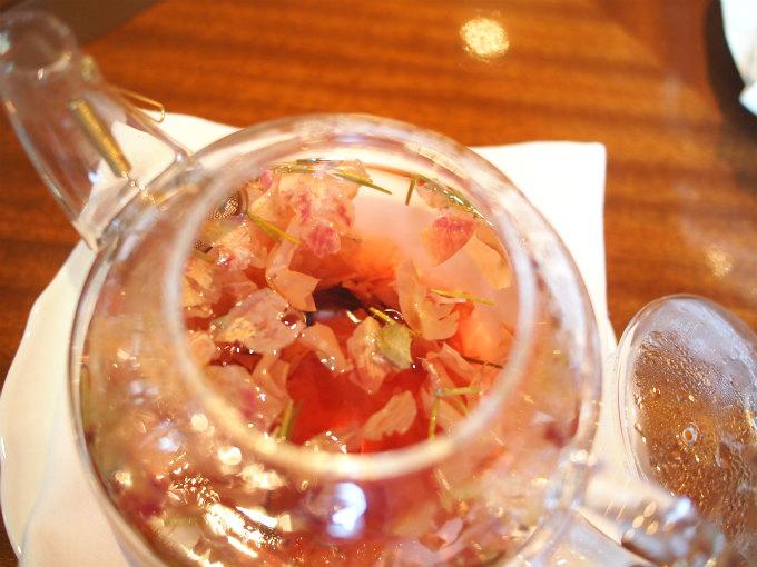 アフターヌーンローズはレモングラスとバラのハーブティーでした。