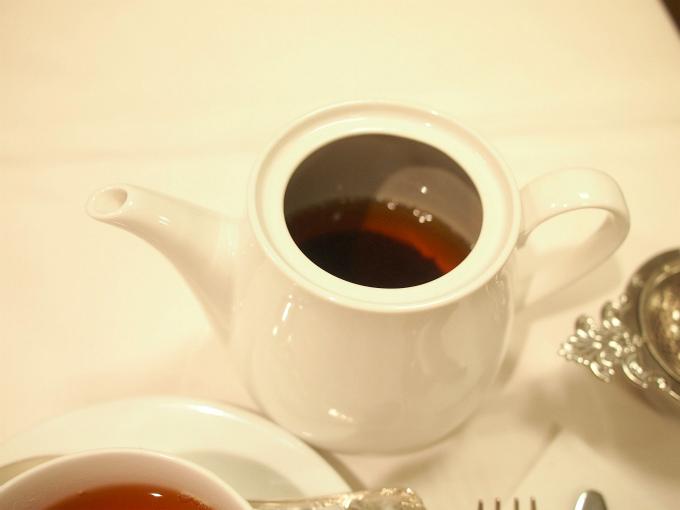 ティーポットに茶葉が入っている英国スタイルでの提供でした。