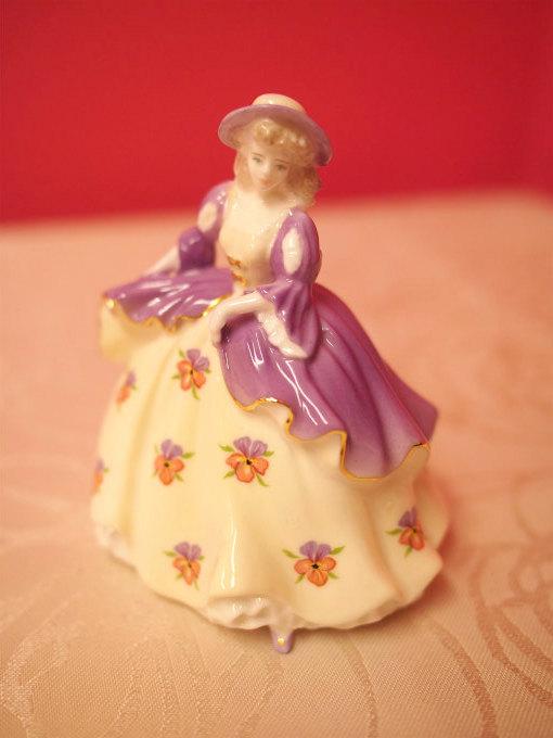 コールポートのフィギュリン Fairest FlowersのPansyちゃん。こちらも10cmくらいの小さな子です。