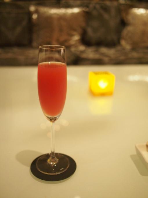 こちらはノンアルコールのほう。グレープフルーツジュースとクランベリーのノンアルコールカクテルでした。ほんのり苦味が効いて美味しかった♥