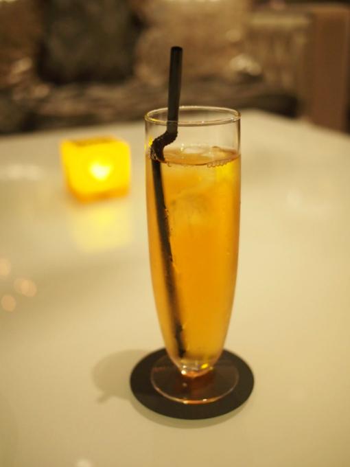こちらはダージリン・セカンドフラッシュのアイスティー。ニューヨークラウンジでは紅茶はすべてアイスティーでも提供してくれます。