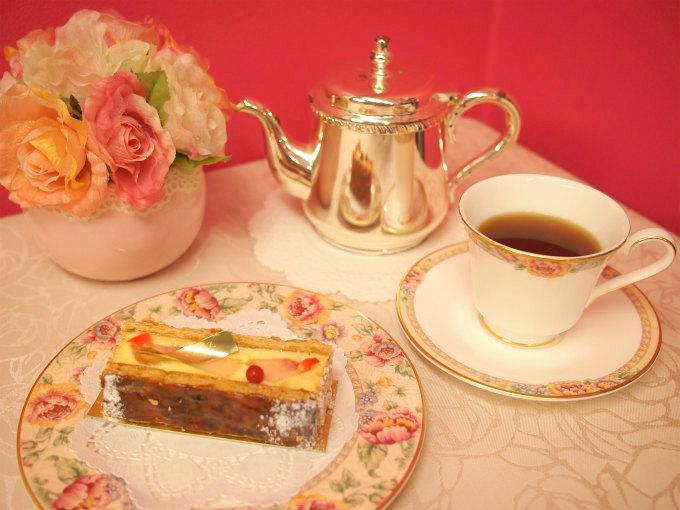 リベルターブルの桃のミルフィーユ「ブリーズ」と紅茶