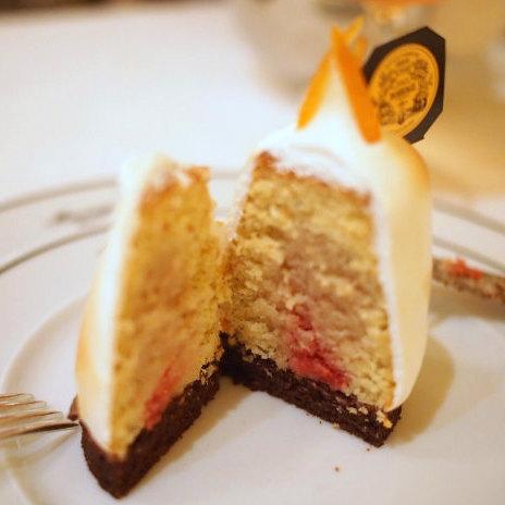 ファントムドゥオペラはオペラ座の怪人をイメージしたケーキ。メレンゲの中にはレモンのケーキが入っています。