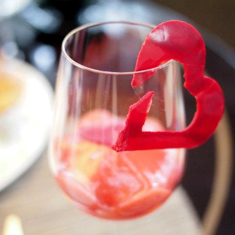 グラスの縁に可愛いハートがあり、
