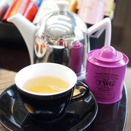 カクテルアワーティー 紅茶と緑茶をブレンドし赤い花の花びらも加え、サトウキビやラム酒のような甘い香りを付け、ノンアルコールだけどカクテルのような香りを楽しめるフレーバーティー。