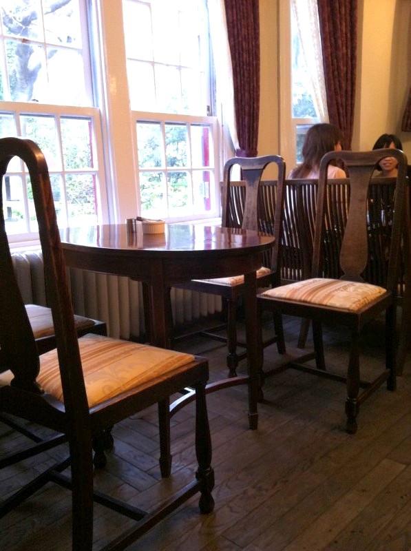 イギリスのアンティークの家具だそうです。