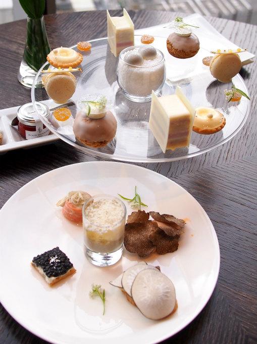 フォーシーズンズホテル丸の内「MOTIF」ガブリエルシャネルアフタヌーンティー2人分のケーキスタンド。この他スコーン、エスプーマ ポワール、柚子 ポップコーンも付きます。