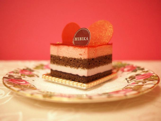 真横から見た「茜」。ケーキの層がとてもきれいです。