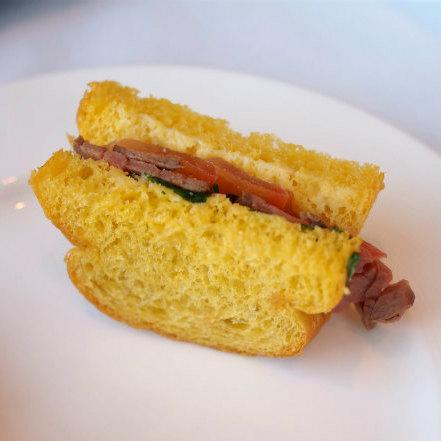 バーべキュービーフとクレソンのサンドイッチ。タレがほどよく甘めで美味しかったです。