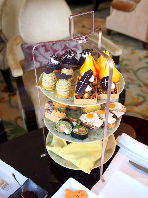 シャングリラ ホテル東京「ザ・ロビーラウンジ」のハロウィンアフタヌーンティー3人分のケーキスタンド