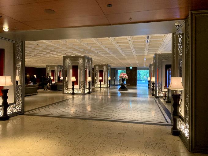 東京プリンスホテルのロビーは格式の高さに相応しい重厚な雰囲気。