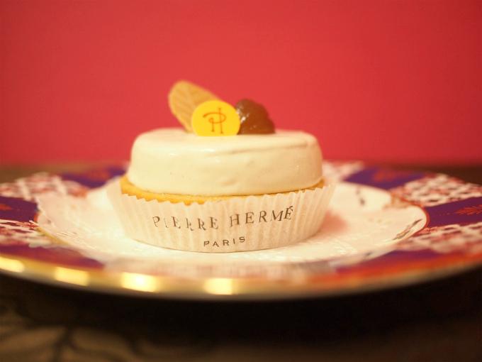 真横から見たピエール・エルメ・パリの「タルト オマージュ」