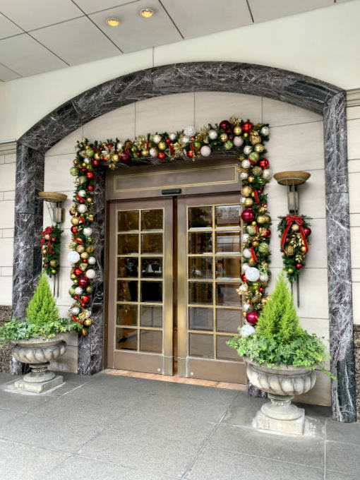 第一ホテル東京のエントランスはもうクリスマスのデコレーションが施されてました!