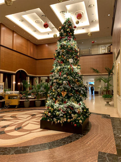 ロビーラウンジ の前にはクリスマスツリーも飾ってありました。
