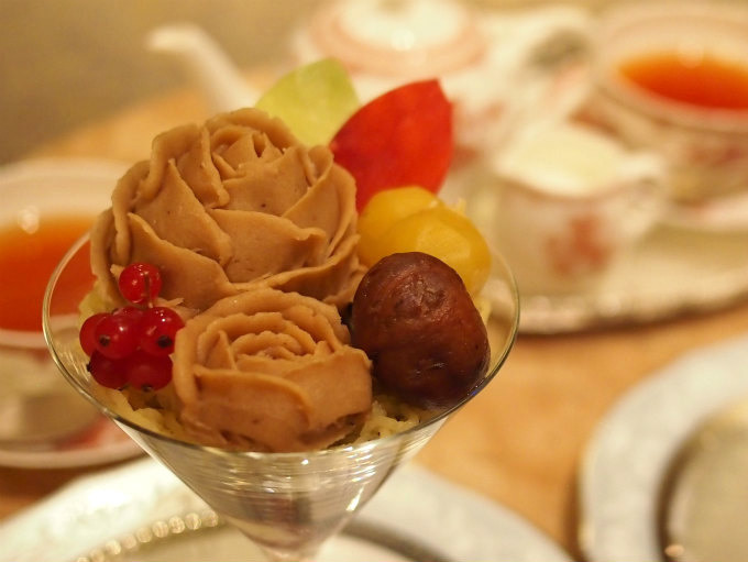 トップにはバラの花をかたどったマロンクリームが2つ。大きい方の中には抹茶のババロアが入っています。黄色と茶色の栗と葉っぱの形のチョコレート、そして黄色のマロンクリームで飾り付けてあります。