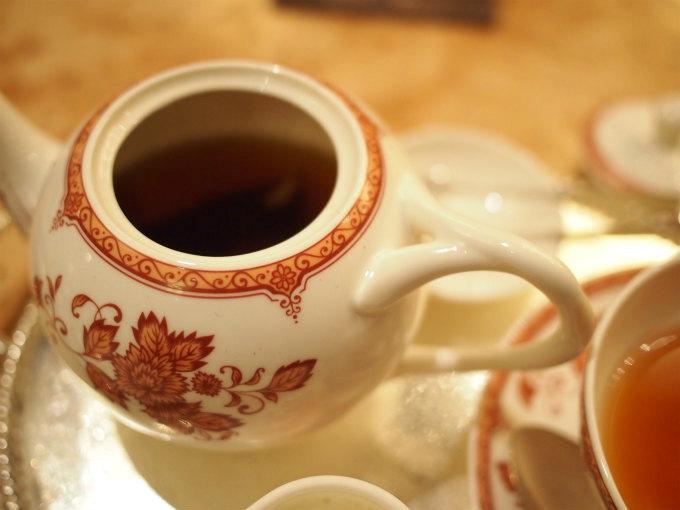 ティーポットには茶葉が入っているので、濃さの調節ができます。